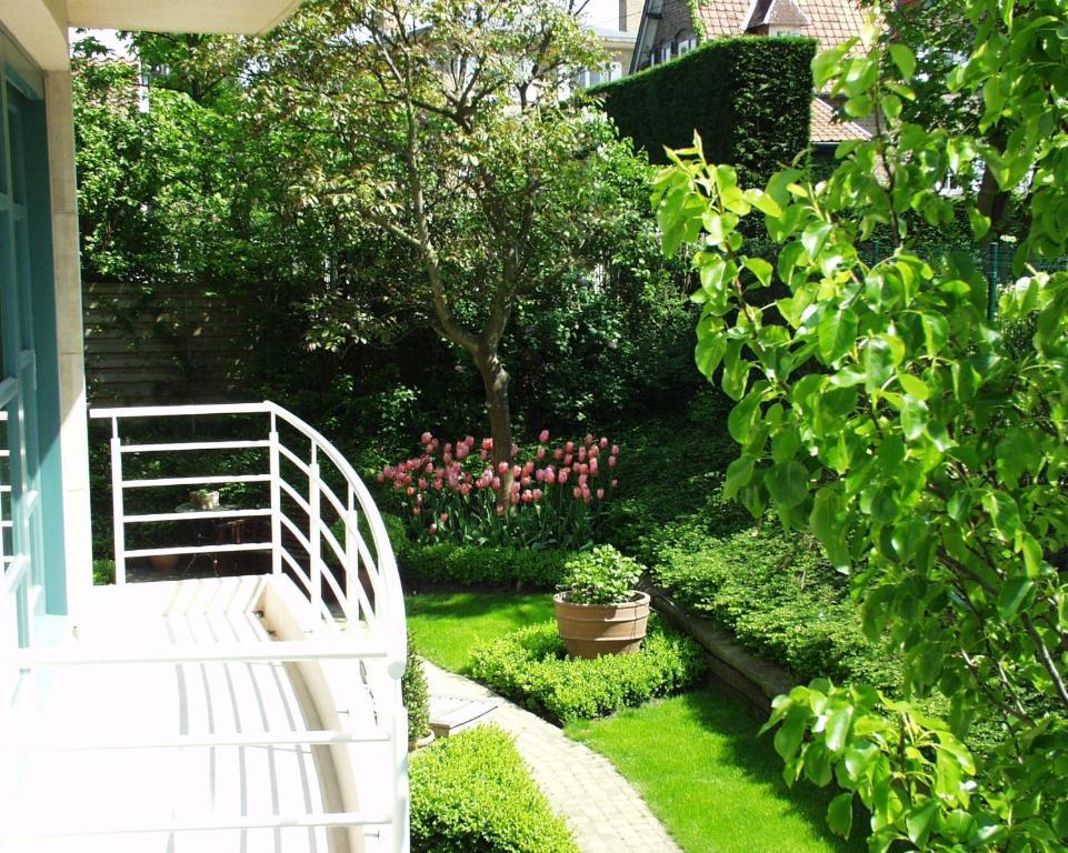 Ein Garten an der Unterkunft Hotel Iris