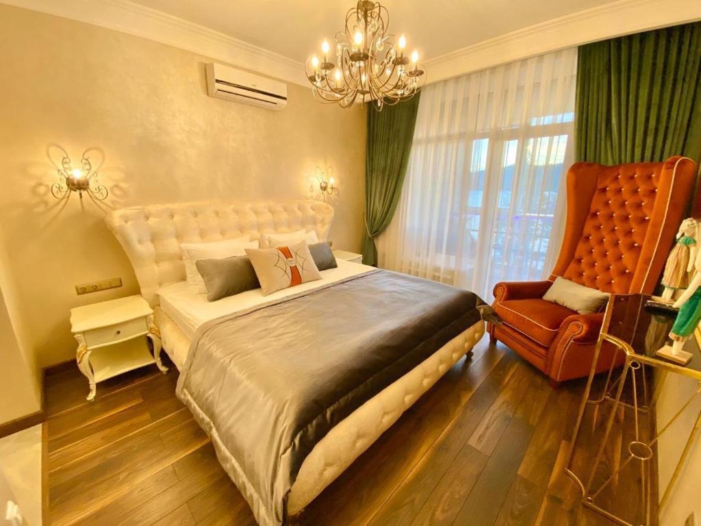 Кровать или кровати в номере Rodina DeLuxe