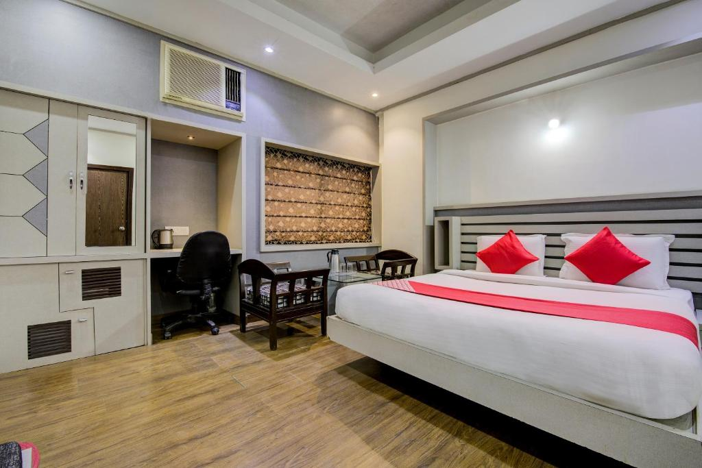 A bed or beds in a room at Collection O 30006 Ambawadi
