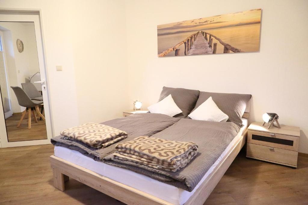 A bed or beds in a room at Gästehaus zum Surgrund