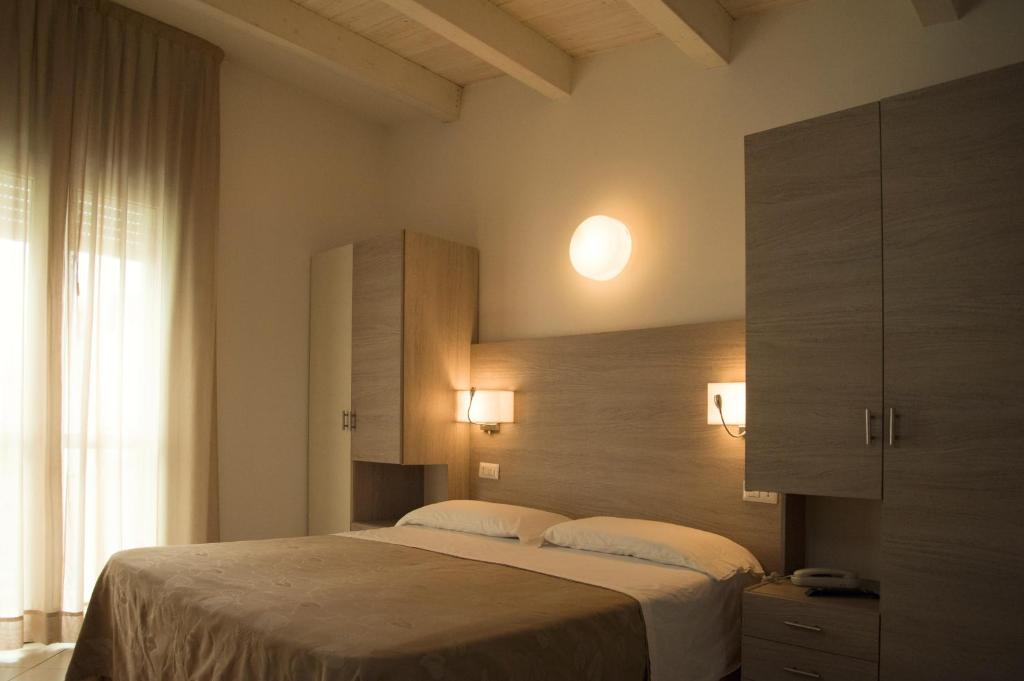 A bed or beds in a room at Hotel Villa Enea