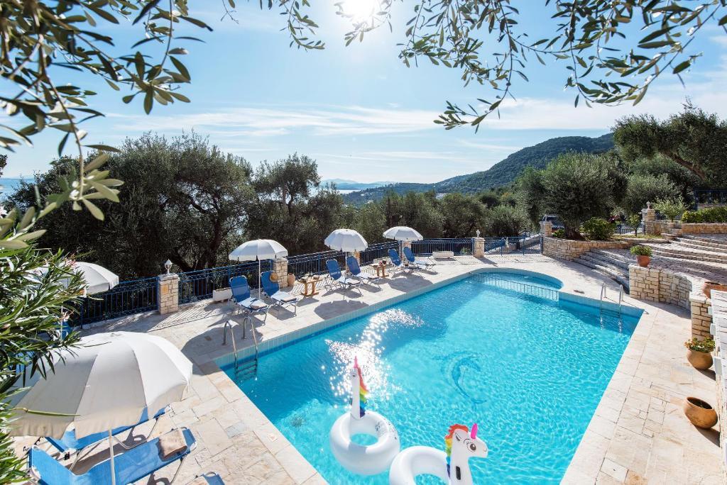 Θέα της πισίνας από το Barbati View Luxury Apartments  ή από εκεί κοντά