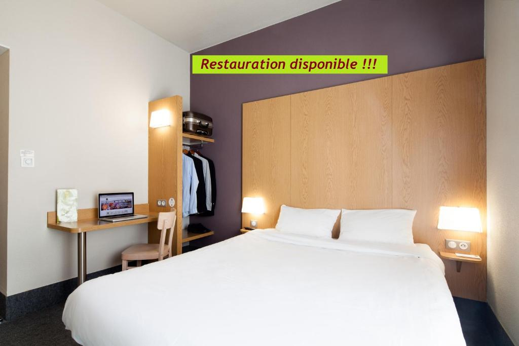 A bed or beds in a room at B&B Hôtel Lille Grand Stade