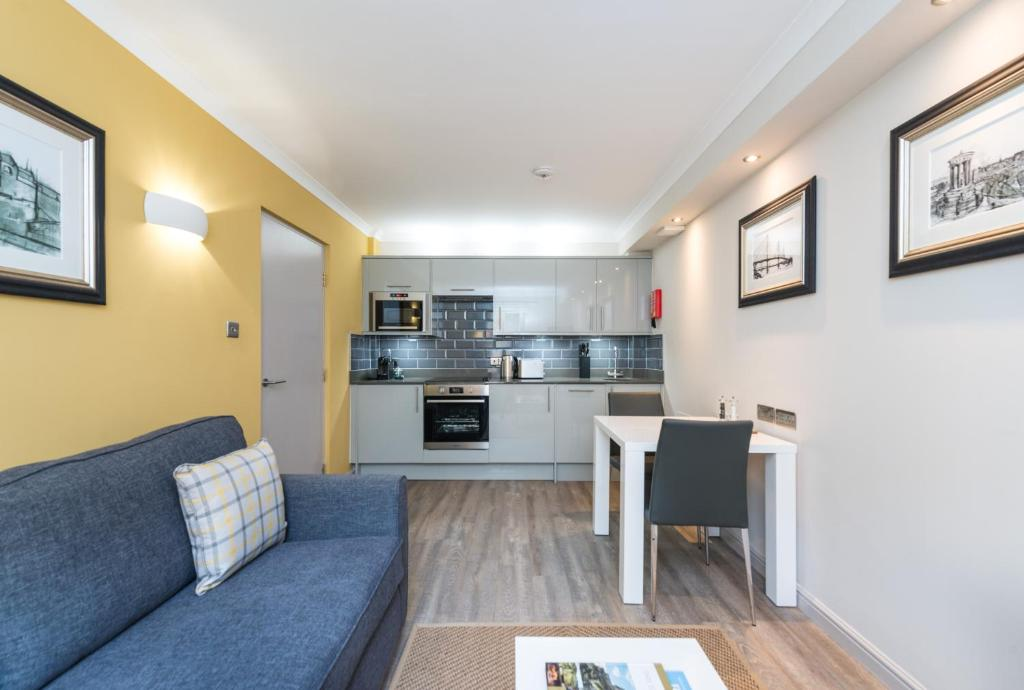 A kitchen or kitchenette at Modern 1 bedroom apartment in West End of Edinburgh