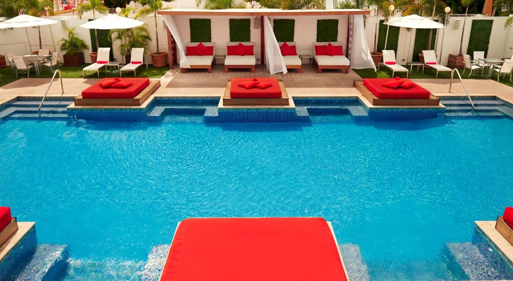 The swimming pool at or close to Spanish Court Hotel