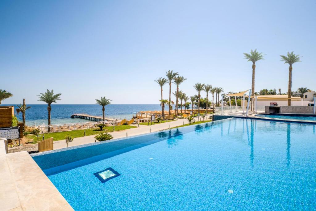 المسبح في Sunrise Diamond Beach Resort -Grand Select أو بالجوار