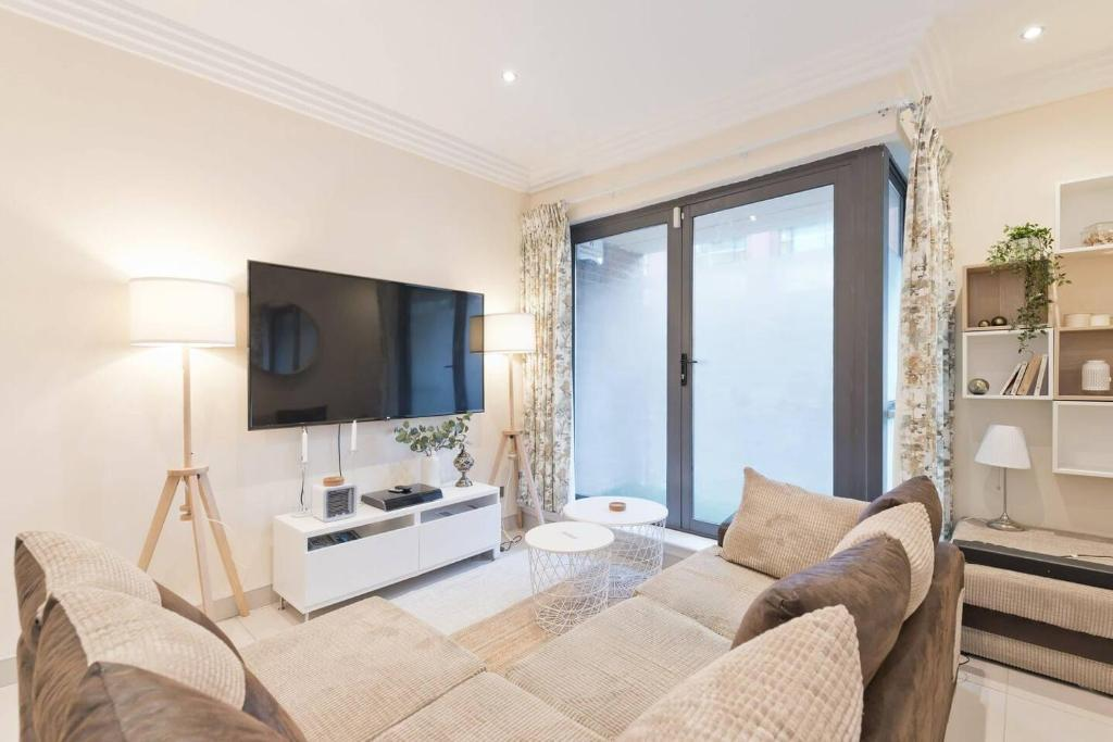 A television and/or entertainment center at Captivating 2-Bed Apartment in Dublin 1