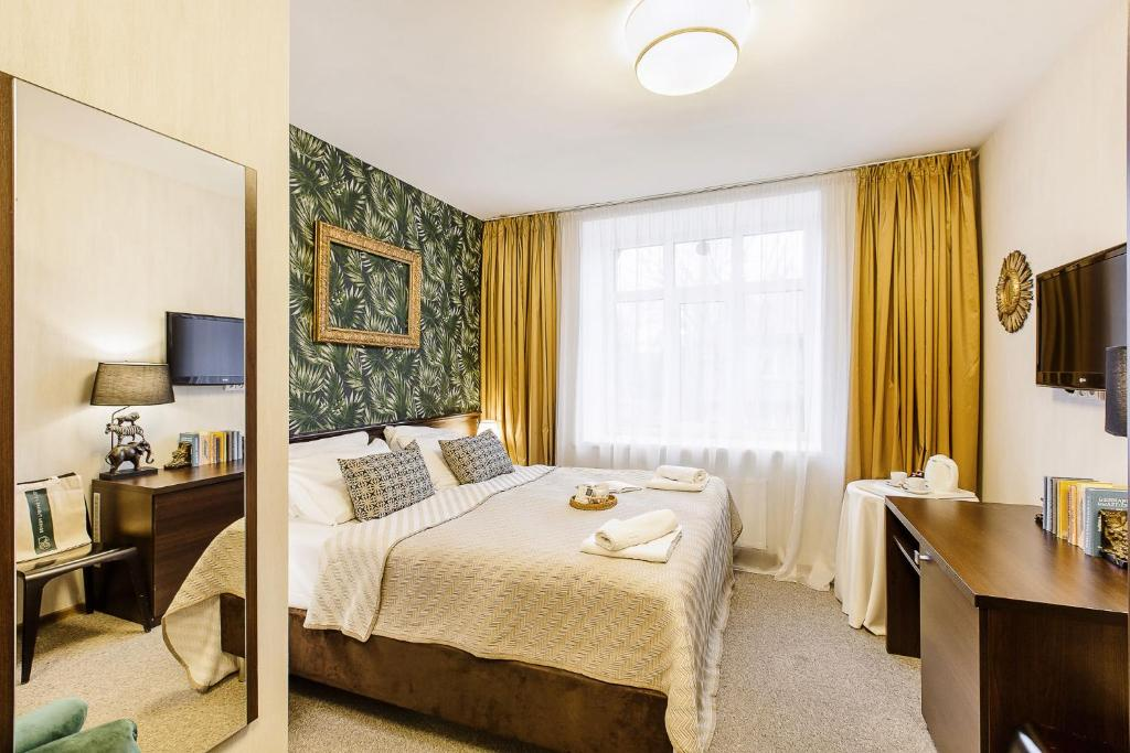 Ein Bett oder Betten in einem Zimmer der Unterkunft Bohema, Tubinas Hotels