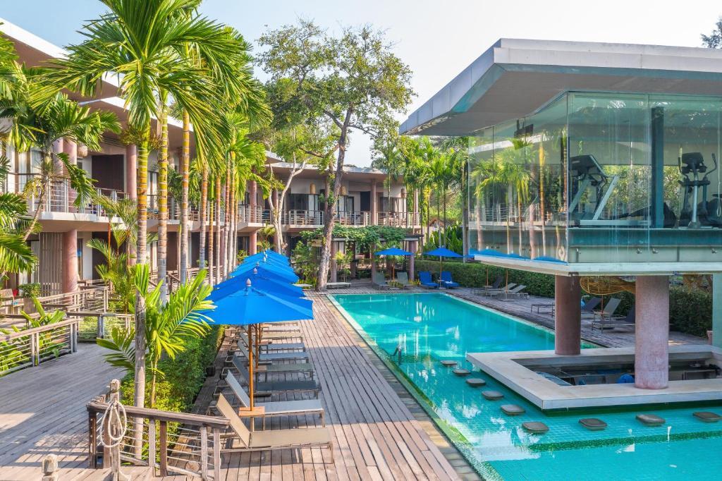 The swimming pool at or close to Sai Kaew Beach Resort