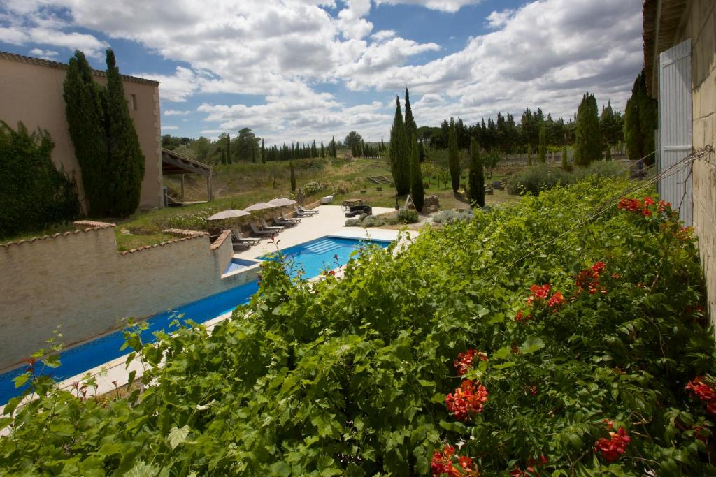 A view of the pool at B&B Domaine de la Ramade or nearby