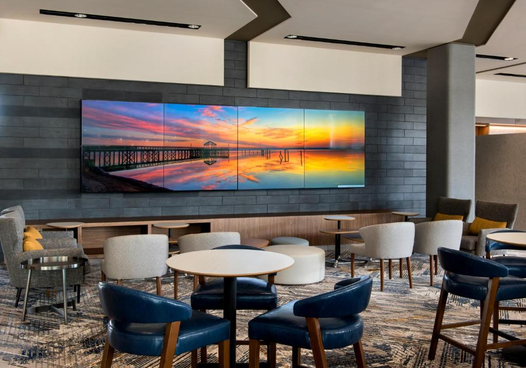 The lounge or bar area at Courtyard by Marriott Philadelphia South at The Navy Yard