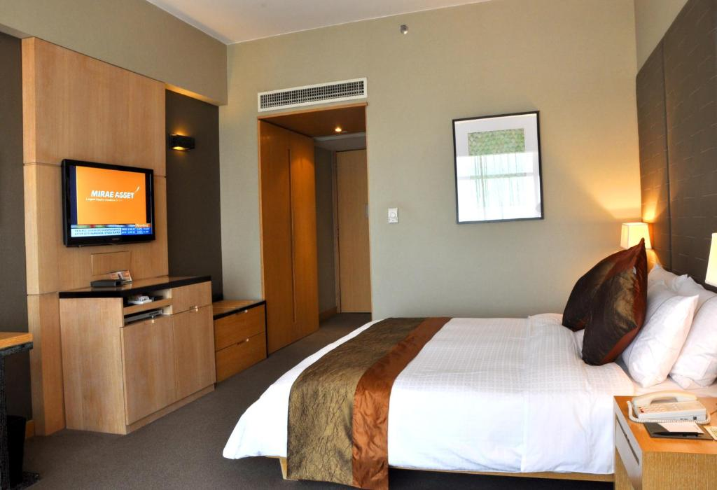 A bed or beds in a room at Jianguo Hotel Guangzhou