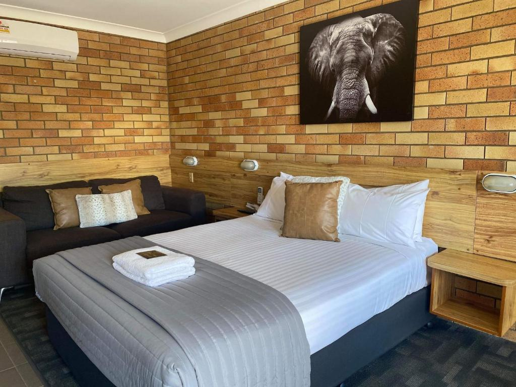 A bed or beds in a room at Merino Motor Inn