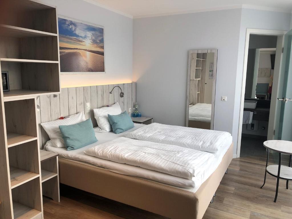 Ein Bett oder Betten in einem Zimmer der Unterkunft Hotel zum weißen Roß