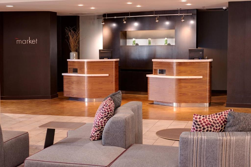 The lobby or reception area at Courtyard by Marriott St. Louis Downtown West