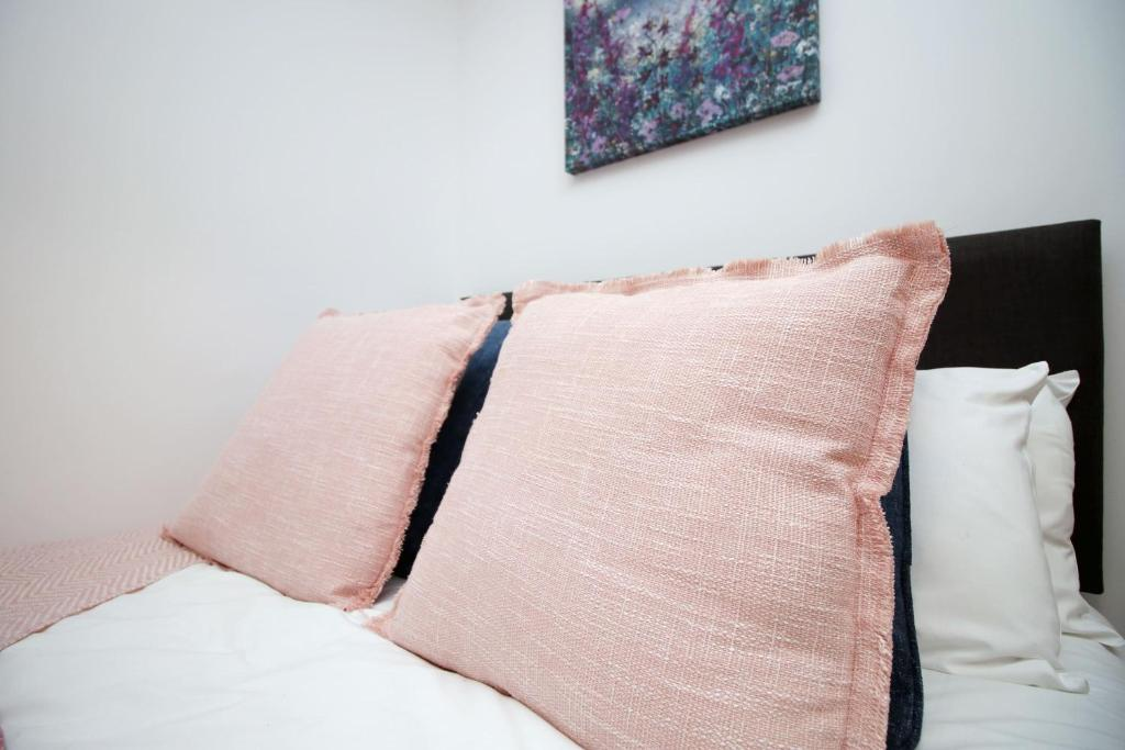A bed or beds in a room at Chepstow House Apartment 1 by StayBC