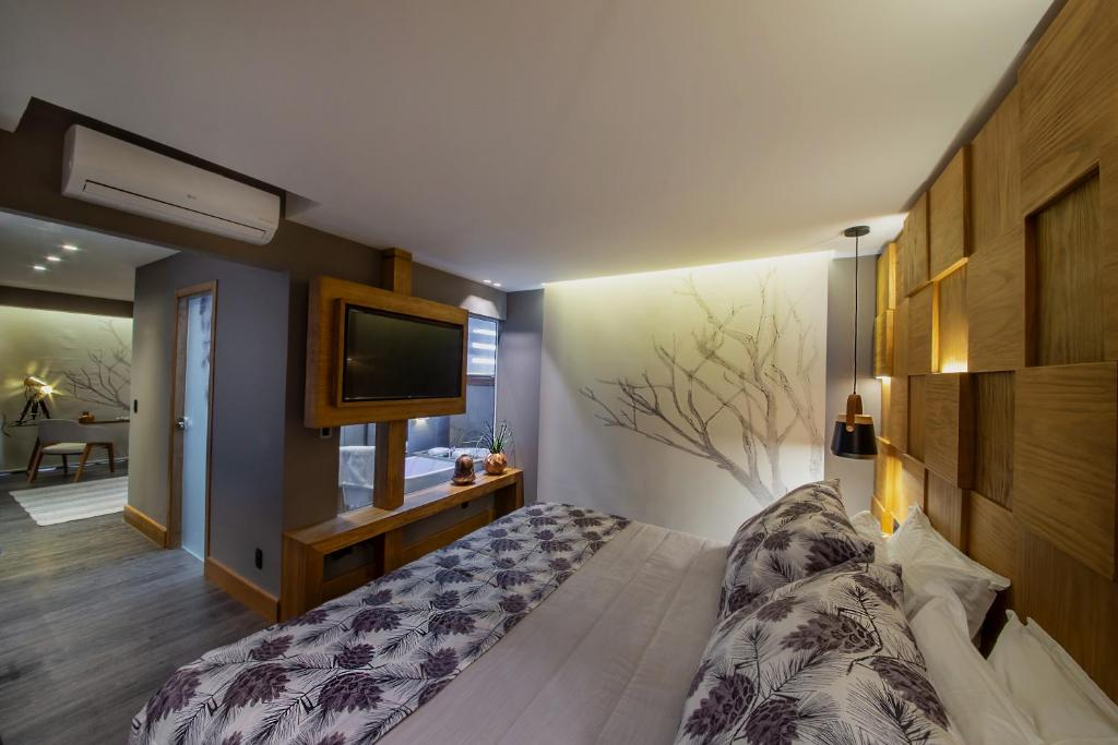 A television and/or entertainment centre at Wood Hotel – Casa da Montanha