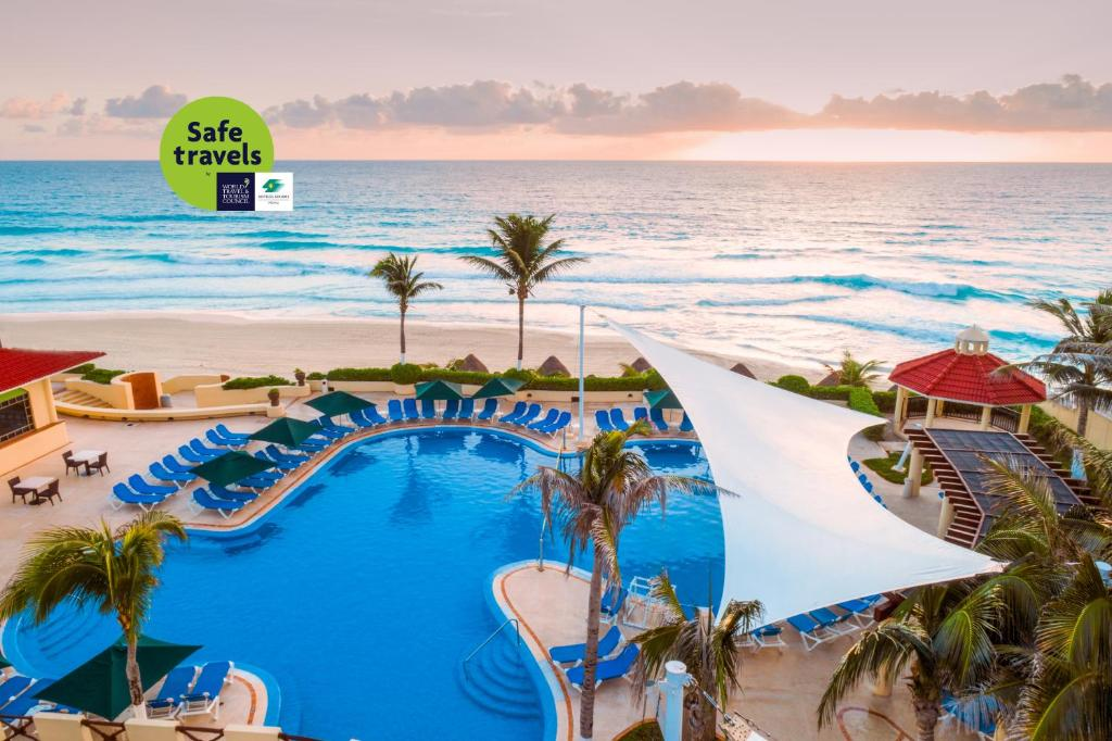 A view of the pool at GR Solaris Cancun All Inclusive or nearby