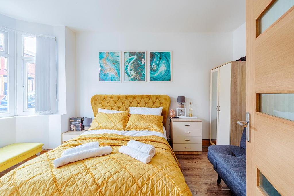 A bed or beds in a room at Charming 5-Bed House in Birmingham