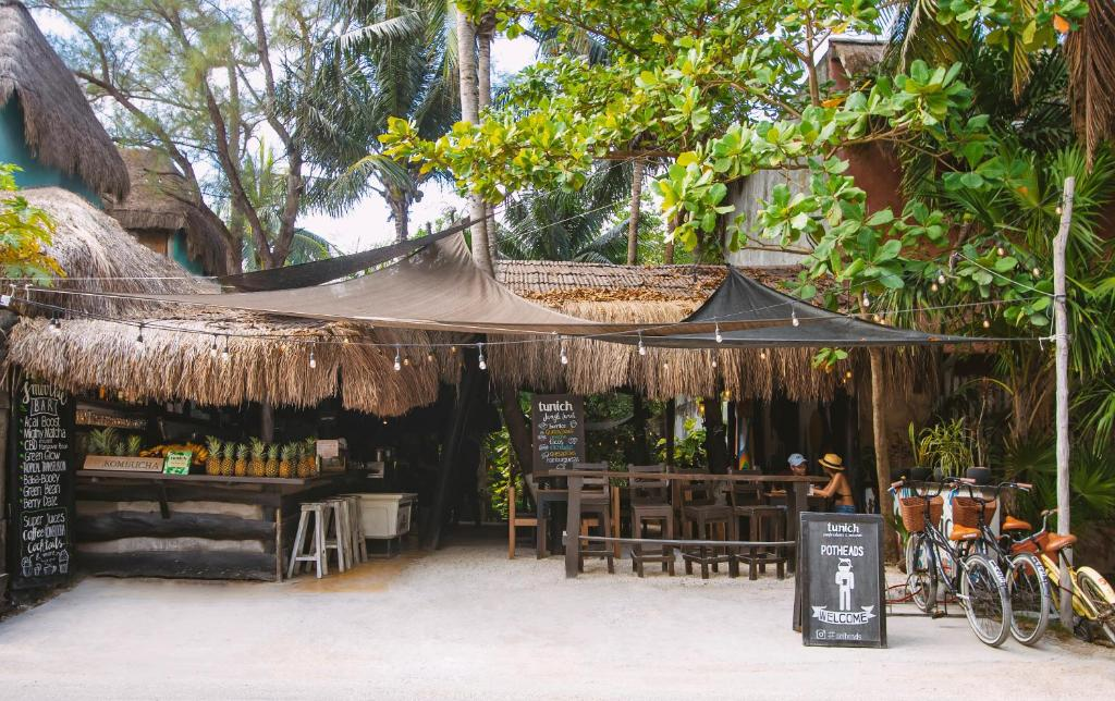 A restaurant or other place to eat at Tunich Jungle Cabañas