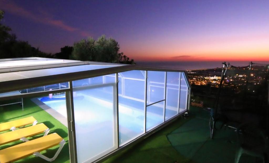 Výhled na bazén z ubytování Villa con piscina privada climatizada nebo okolí
