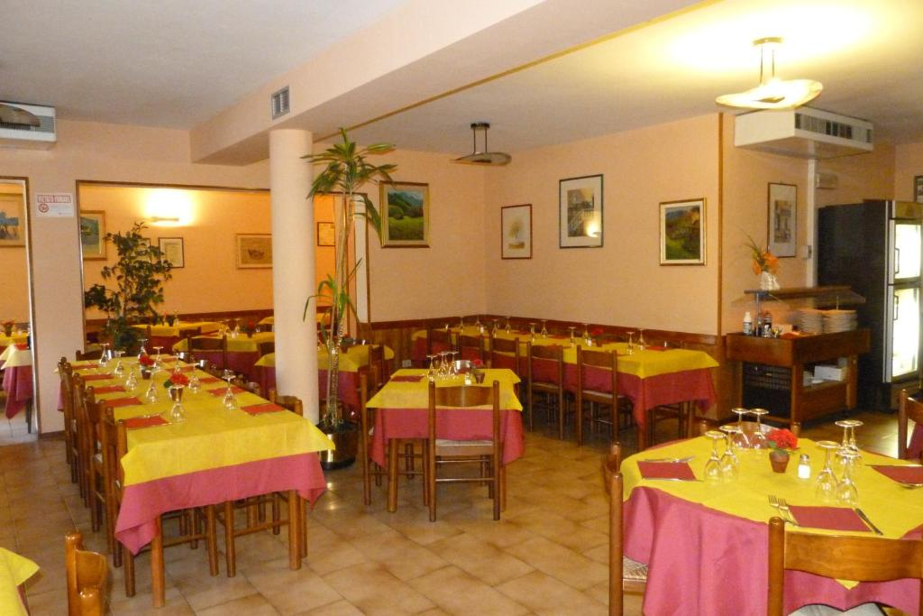 A restaurant or other place to eat at Albergo Ristorante Gori