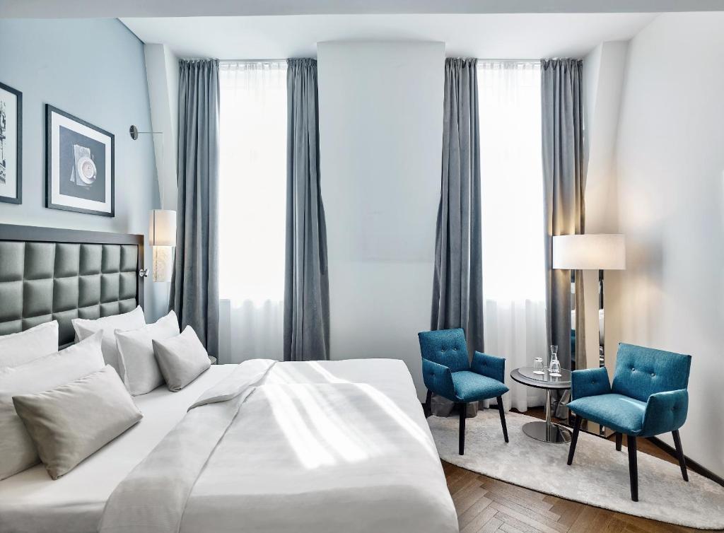 Säng eller sängar i ett rum på Steigenberger Hotel Herrenhof
