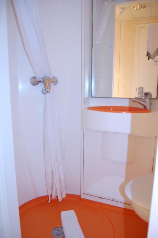 A bathroom at easyHotel South Kensington