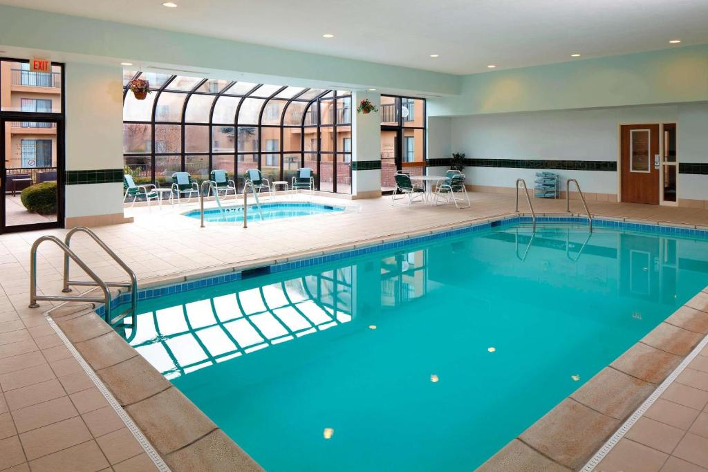 The swimming pool at or near Sonesta Select Bettendorf Quad Cities