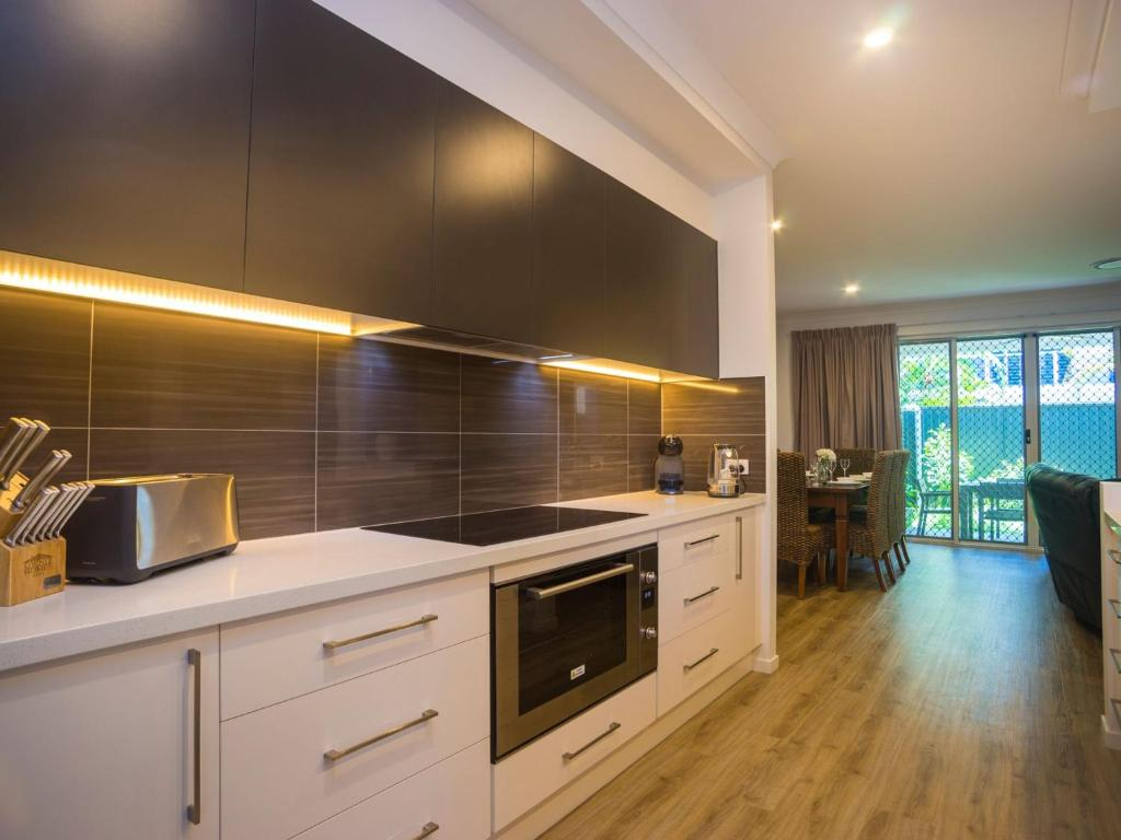 A kitchen or kitchenette at Broadwater Paradise
