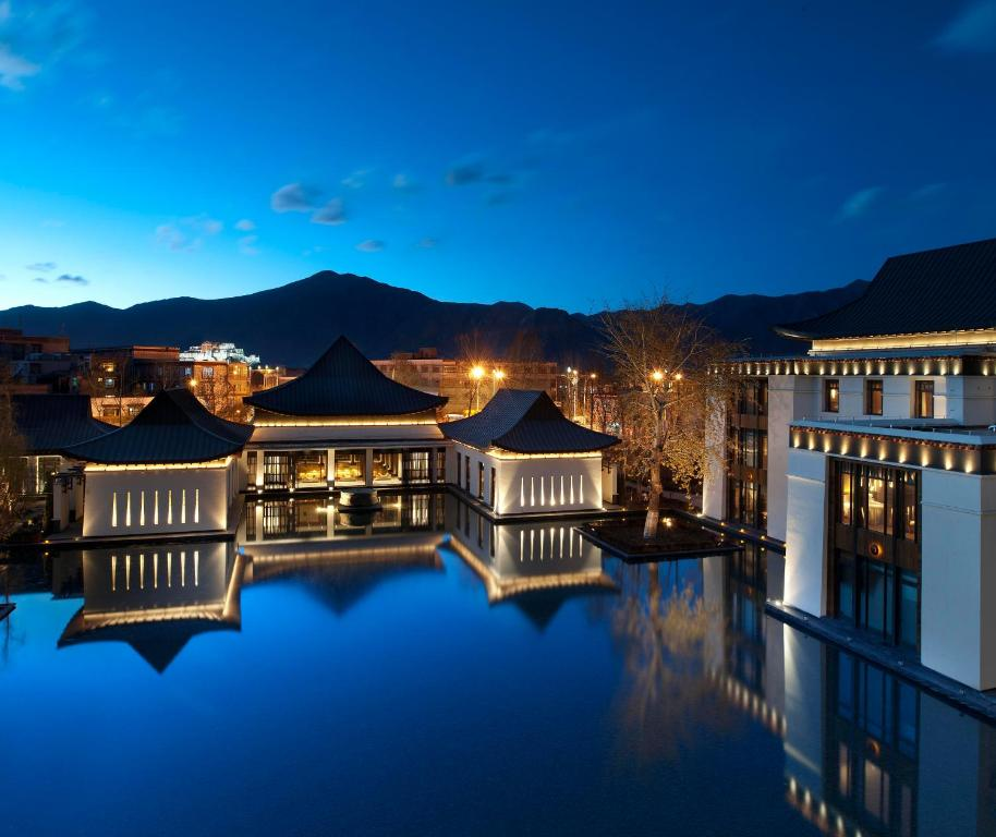 The swimming pool at or close to The St. Regis Lhasa Resort