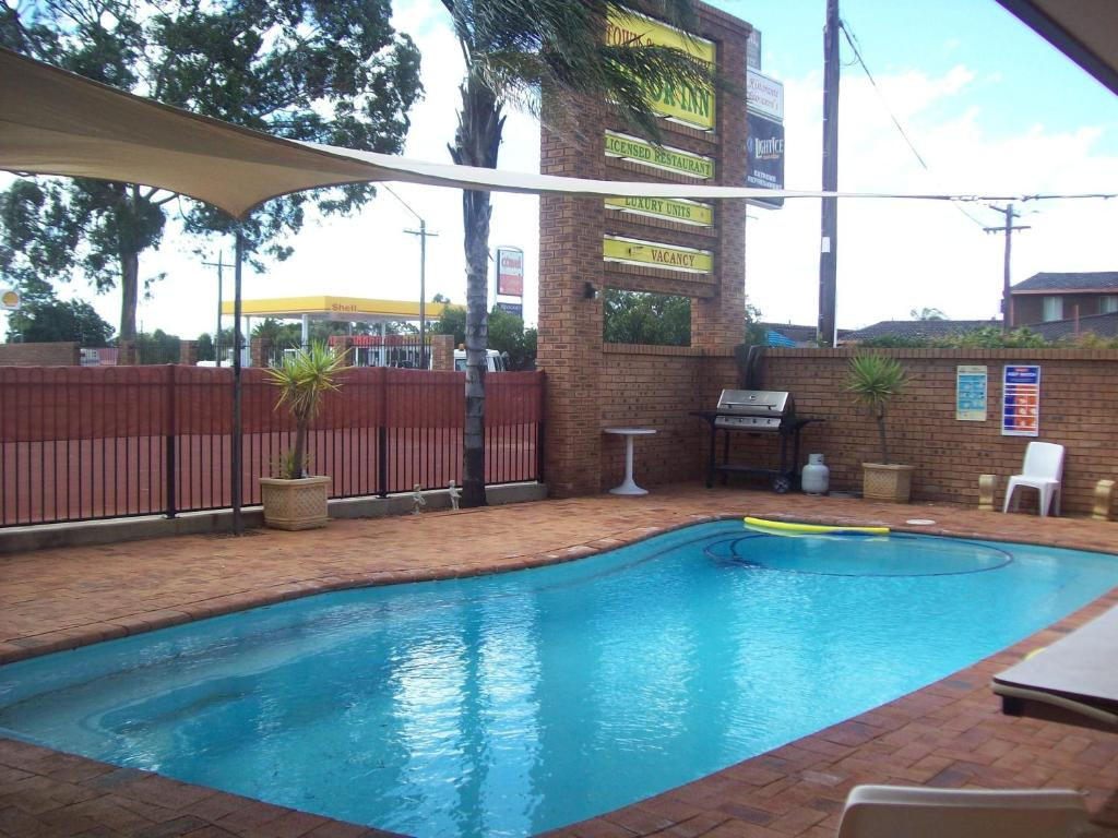The swimming pool at or near Cobar Town & Country Motor Inn