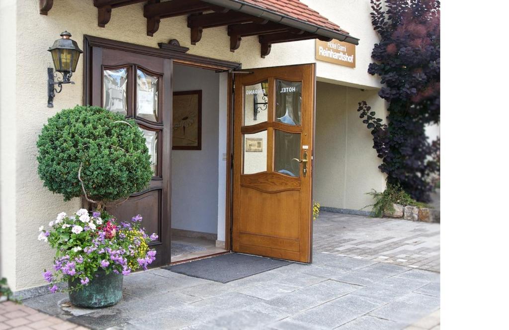 Eine Fassade oder ein Eingang zu Hotel Reinhardtshof Garni