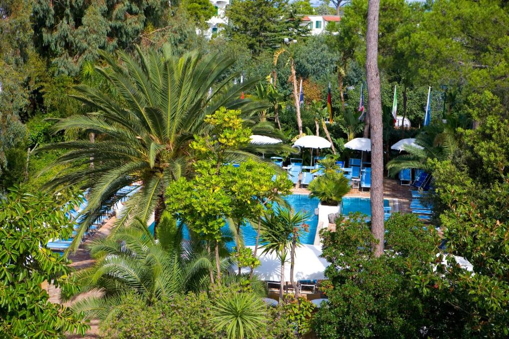 A view of the pool at Central Park Terme or nearby