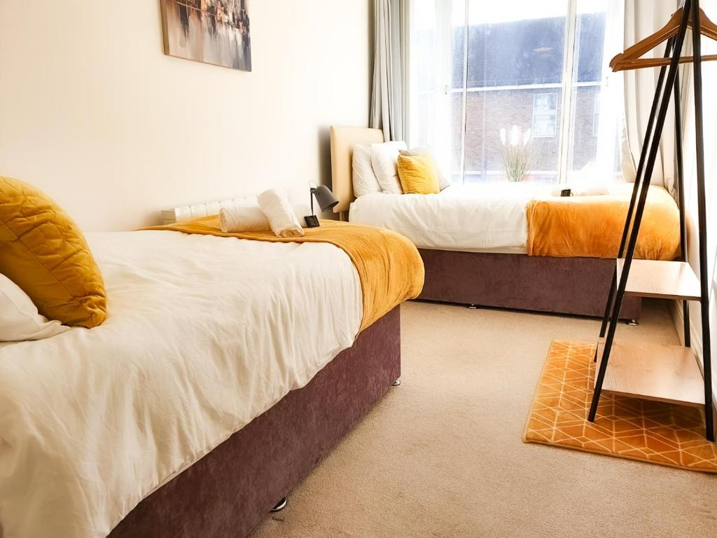 A bed or beds in a room at Spacious Apartment Ideal for Groups of Contractors in Newbury with Nearby Parking
