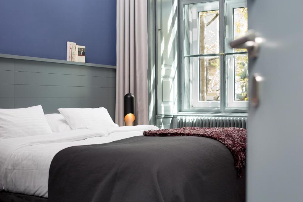 A bed or beds in a room at Saint SHERMIN bed breakfast & champagne