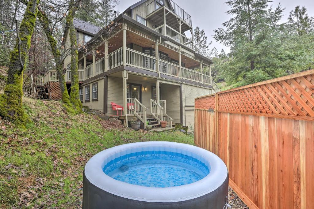 Peaceful Applegate Apartment with Pool Access!