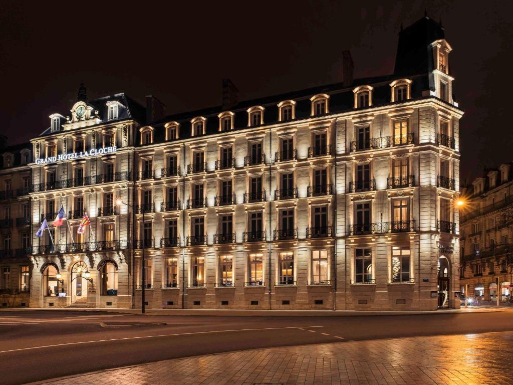 Vue de nuit de la magnifique façade de l'hôtel