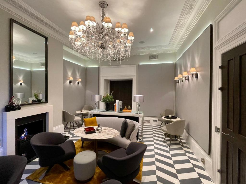 A restaurant or other place to eat at Eccleston Square Hotel