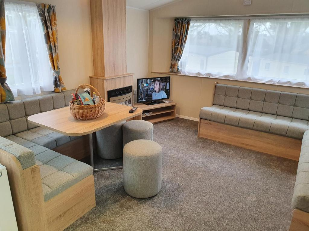 New 3 bedroom Caravan, Sleeps 8, at Parkdean Newquay Holiday Park