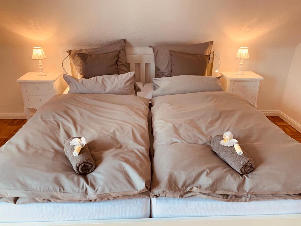 Postel nebo postele na pokoji v ubytování mitten im dorf