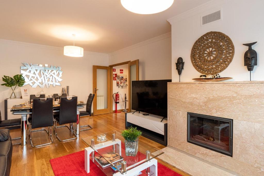 Uma televisão e/ou sistema de entretenimento em Porto Gaia RR Apartment by MP