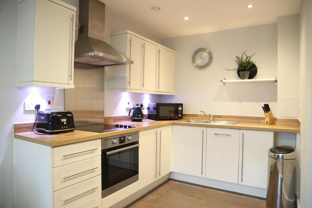 A kitchen or kitchenette at Letting Serviced Apartments - Charrington Place, St Albans