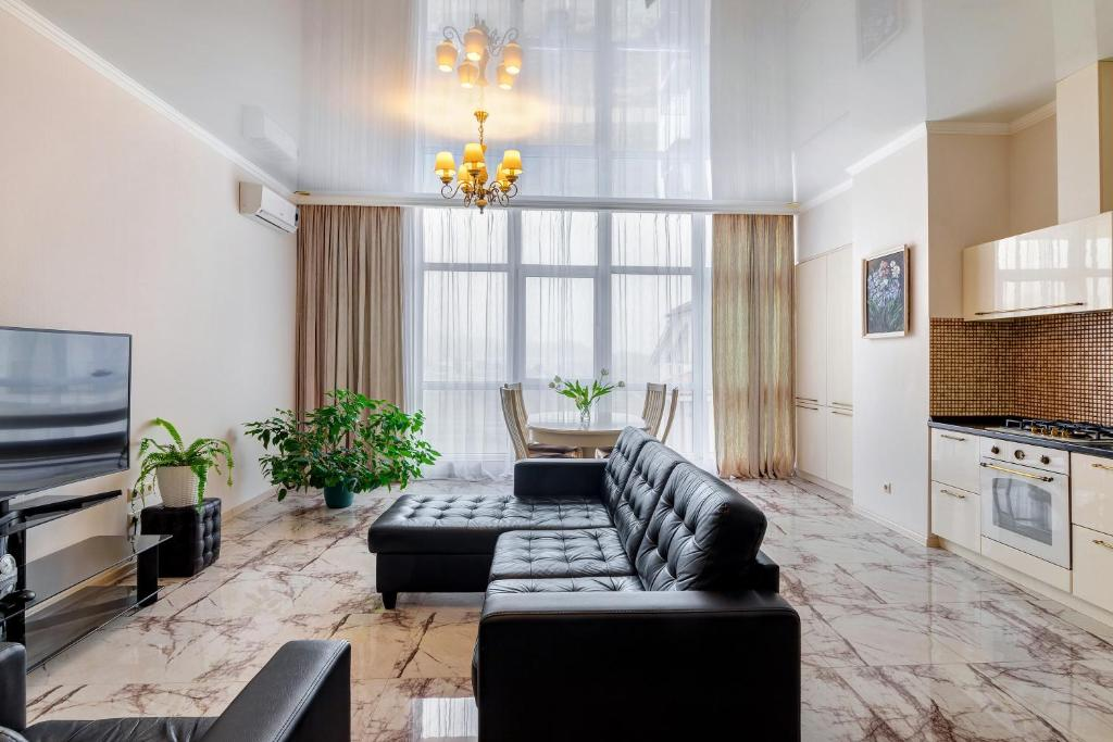 "A seating area at Апартаменты "" На берегу у моря """