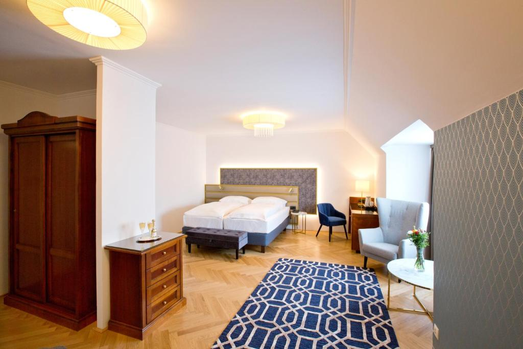 A bed or beds in a room at Hotel Secession an der Oper
