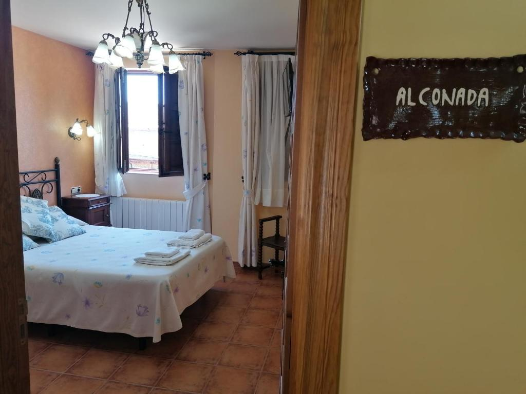 A bed or beds in a room at Hotel Rural Villa y Corte, Alojamientos Turísticos