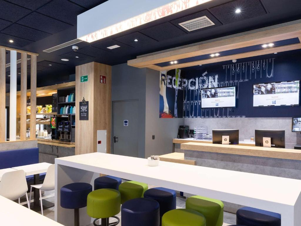 The lounge or bar area at Ibis Budget Bilbao City