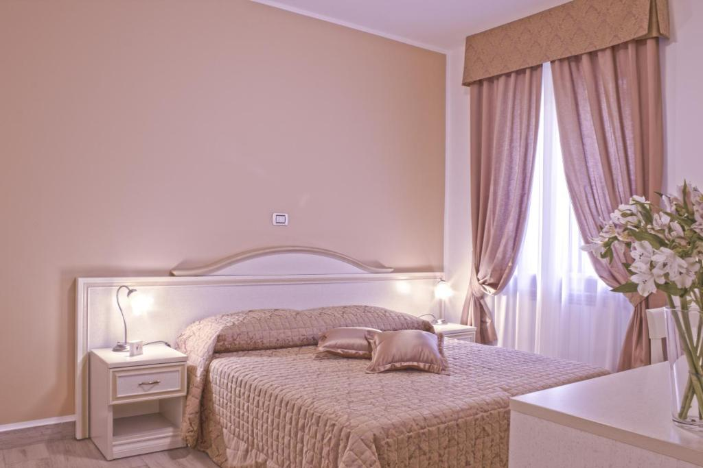 A bed or beds in a room at La Suite di San Pietro