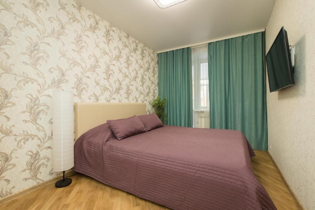 Кровать или кровати в номере Apartment on Osharskaya 15