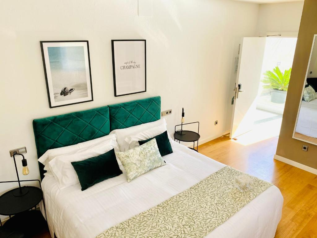 Llit o llits en una habitació de Hotel Carbonell